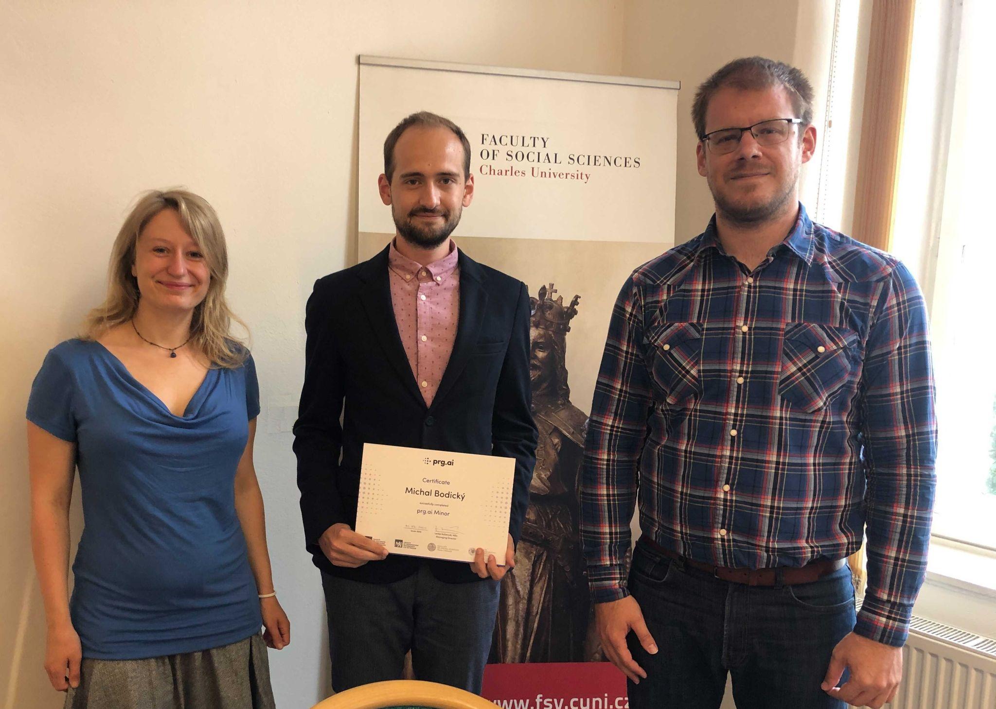 Zleva: Julie Kovaříková z prg.ai, absolvent prg.ai Minor Michal Bodický z FSV UK a akademický garant, profesor Ladislav Krištoufek